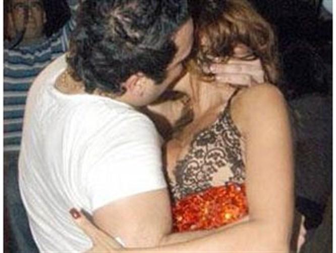 Sahneye fırladı dudaklarına yapıştı